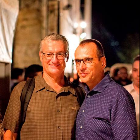 Ο Κωνσταντίνος Αγγελίδης με τον καλλιτεχνικό διευθυντή του Φεστιβάλ Αθηνών, Βαγγέλη Θεοδωρόπουλο